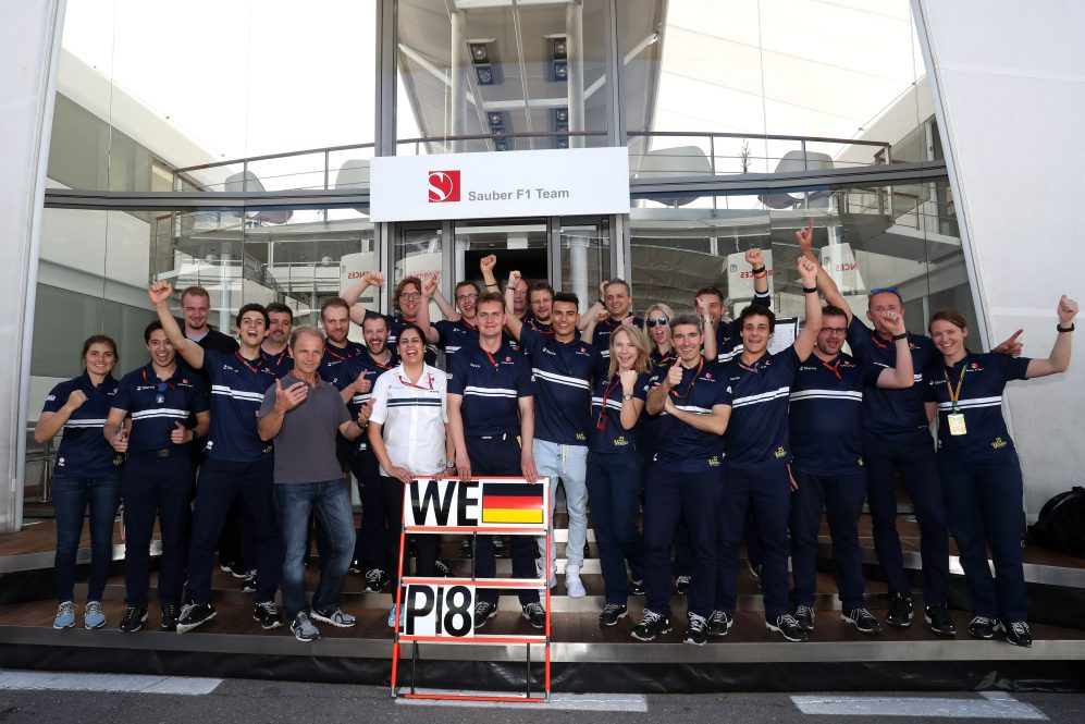 Sauber celebrate Pascal Wehrlein's eighth-place finish in Spain. Barcelona, May 14th, 2017