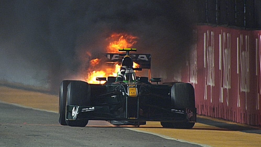 F1 VAULT: Singapore 2010 - Heikki Kovalainen puts out his burning car