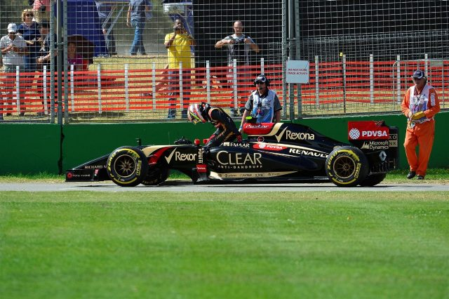 Pastor Maldonado (VEN) Lotus E22 stops on track. Formula One World Championship, Rd1, Australian Grand Prix, Qualifying, Albert Park, Melbourne, Australia, Saturday, 15 March 2014