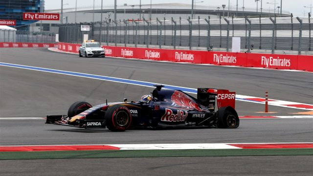 Max Verstappen (NDL) Scuderia Toro Rosso STR10 with rear puncture on lap one at Formula One World Championship, Rd15, Russian Grand Prix, Race, Sochi Autodrom, Sochi, Krasnodar Krai, Russia, Sunday 11 October 2015. &copy&#x3b; Sutton Motorsport Images