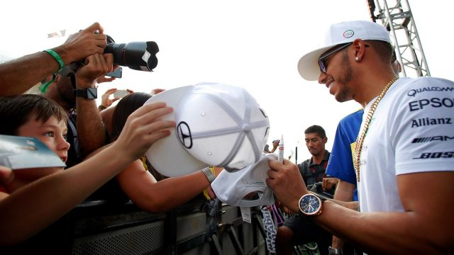 Lewis Hamilton (GBR) Mercedes AMG F1 signs autographs for the fans at Formula One World Championship, Rd19, Abu Dhabi Grand Prix, Preparations, Yas Marina Circuit, Abu Dhabi, UAE, Thursday 26 November 2015. &copy&#x3b; Sutton Motorsport Images