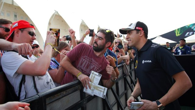 Pastor Maldonado (VEN) Lotus poses for a selfie with the fans at Formula One World Championship, Rd19, Abu Dhabi Grand Prix, Preparations, Yas Marina Circuit, Abu Dhabi, UAE, Thursday 26 November 2015. &copy&#x3b; Sutton Motorsport Images