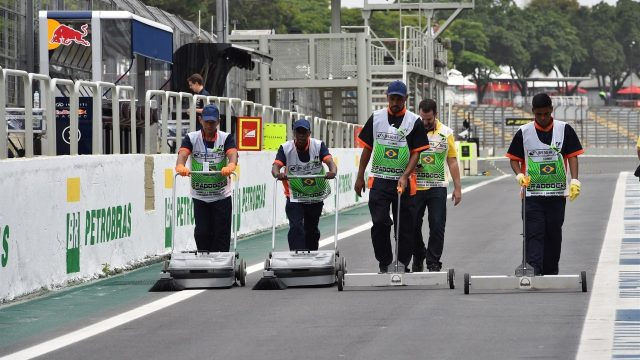 Workers clean the track at Formula One World Championship, Rd18, Brazilian Grand Prix, Preparations, Interlagos, Sao Paulo, Brazil, Thursday 12 November 2015. &copy&#x3b; Sutton Motorsport Images