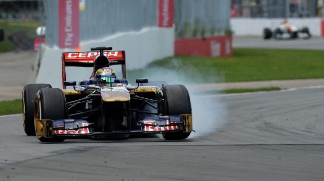Jean-Eric Vergne (FRA) Scuderia Toro Rosso STR8 locks up.