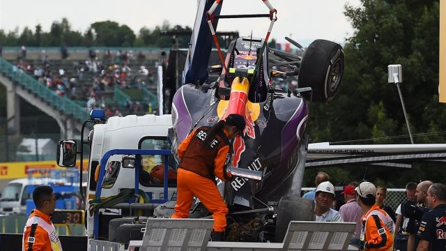The crashed car of Daniil Kvyat (RUS) Red Bull Racing RB11 is recovered to the pits after Q3 at Formula One World Championship, Rd14, Japanese Grand Prix, Qualifying, Suzuka, Japan, Saturday 26 September 2015. &copy&#x3b; Sutton Motorsport Images