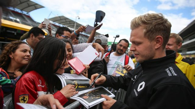 Kevin Magnussen (DEN) Renault Sport F1 Team signs autographs for the fans at Formula One World Championship, Rd19, Mexican Grand Prix, Preparations, Circuit Hermanos Rodriguez, Mexico City, Mexico, Thursday 27 October 2016. &copy&#x3b; Sutton Images
