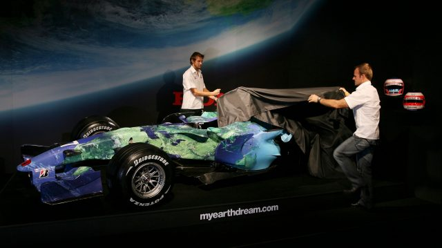 Rubens Barrichello and Jenson Button take the covers off the Honda RA107 'Earth Car' at the Natural History Museum, London, UK, 26 February 2007. © Sutton Motorsport Images