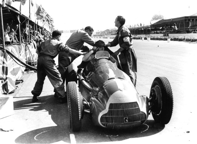 Juan Manuel Fangio (Alfa Romeo 158) takes a pitstop. 1950 British Grand Prix.