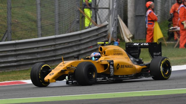 Jolyon Palmer (GBR) Renault Sport F1 Team RS16 with damage on lap one at Formula One World Championship, Rd14, Italian Grand Prix, Race, Monza, Italy, Sunday 4 September 2016. &copy&#x3b; Sutton Images