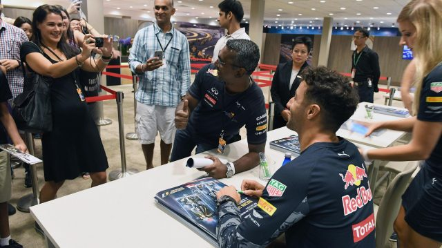 Daniel Ricciardo (AUS) Red Bull Racing selfie at the fans autograph session at Formula One World Championship, Rd15, Singapore Grand Prix, Preparations, Marina Bay Street Circuit, Singapore, Thursday 15 September 2016. &copy&#x3b; Sutton Images