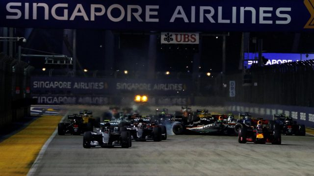 Nico Rosberg (GER) Mercedes-Benz F1 W07 Hybrid leads at the start of the race as Nico Hulkenberg (GER) Force India VJM09 crashes at Formula One World Championship, Rd15, Singapore Grand Prix, Race, Marina Bay Street Circuit, Singapore, Sunday 18 September 2016. &copy&#x3b; Sutton Images