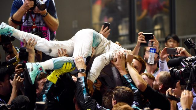 Race winner Nico Rosberg (GER) Mercedes AMG F1 celebrates in parc ferme with the team at Formula One World Championship, Rd15, Singapore Grand Prix, Race, Marina Bay Street Circuit, Singapore, Sunday 18 September 2016. &copy&#x3b; Sutton Images