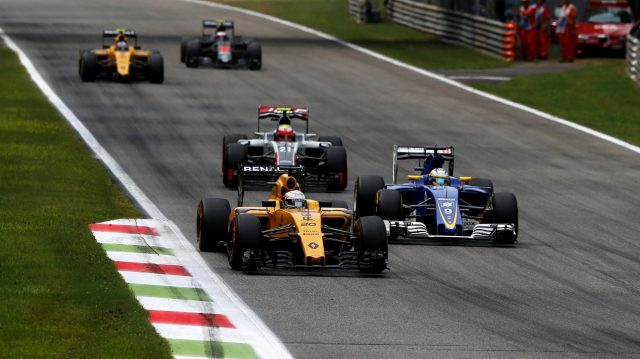 Kevin Magnussen (DEN) Renault Sport F1 Team RS16 and Marcus Ericsson (SWE) Sauber C35 battle at the start of the race at Formula One World Championship, Rd14, Italian Grand Prix, Race, Monza, Italy, Sunday 4 September 2016. &copy&#x3b; Sutton Images