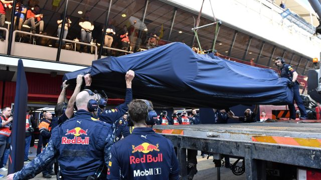 The car of Daniel Ricciardo (AUS) Red Bull Racing RB13 is recovered to the pits at Formula One Testing, Day One, Barcelona, Spain, 27 February 2017. &copy&#x3b; Sutton Images