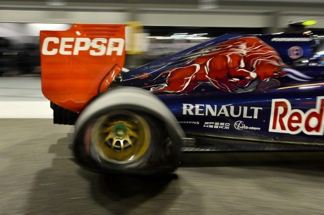 Daniil Kvyat (RUS) Scuderia Toro Rosso STR9 with a puncture. Formula One World Championship, Rd14, Singapore Grand Prix, Marina Bay Street Circuit, Singapore, Qualifying, Saturday, 20 September 2014