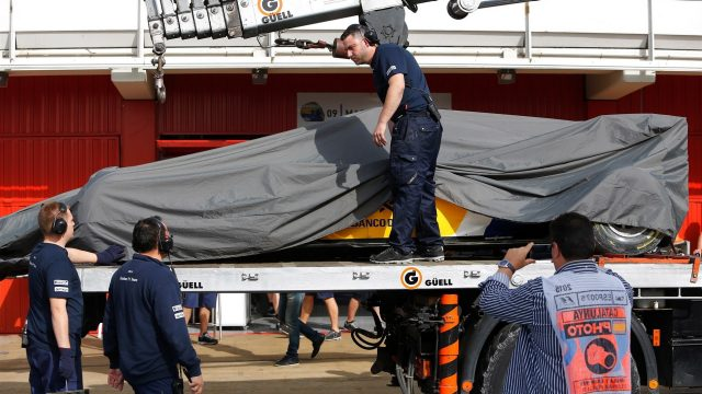 The car of Raffaele Marciello (ITA) Sauber C34 is recovered to the pits at Formula One Testing, Day Two, Barcelona, Spain, 13 May 2015. &copy&#x3b; Sutton Motorsport Images