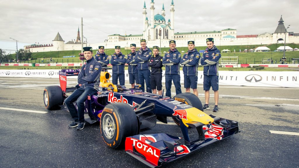Kvyat%20and%20Red%20Bull%20star%20in%20Russian%20city%20demo